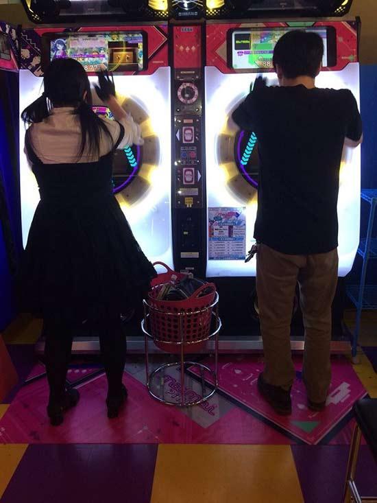 日本情侣在游戏厅拍婚纱照 这波狗粮我先干为敬
